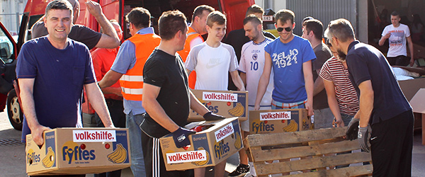 Die ersten Volkshilfe-Pakete für den Balkan werden verladen