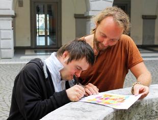 Die Künstler Johannes und Bernhard Riener signieren das Siegerplakat für die Nacht der Vielfalt 2014