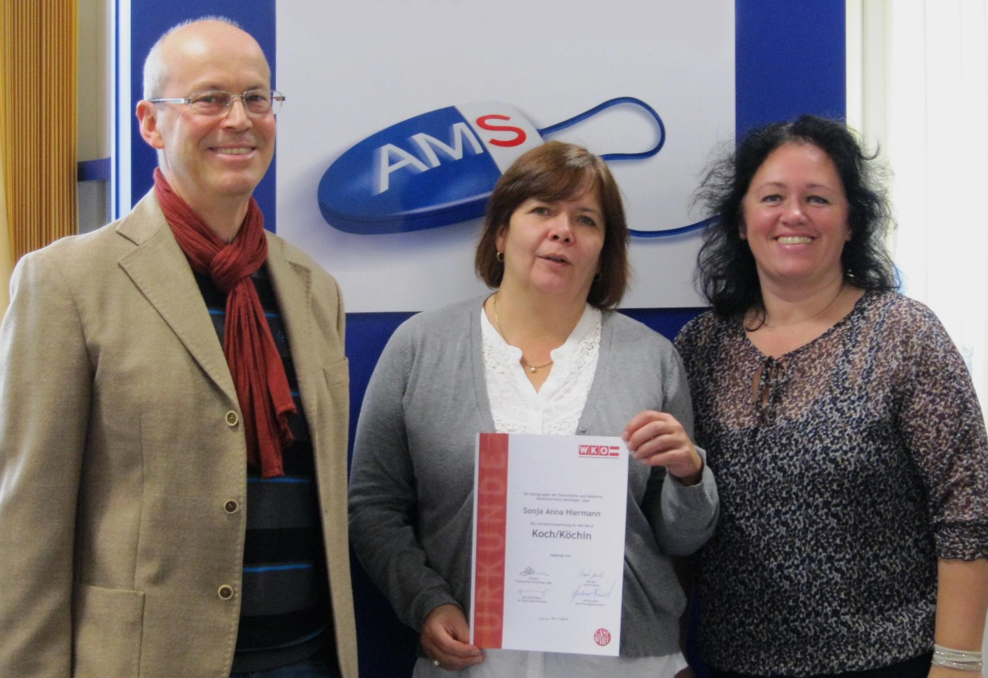 Gerhard Schlosser (Volkshilfe), Sonja Hiermann (erfolgreiche Absolventin, Bildmitte) und  Alexandra Reitinger (AMS)