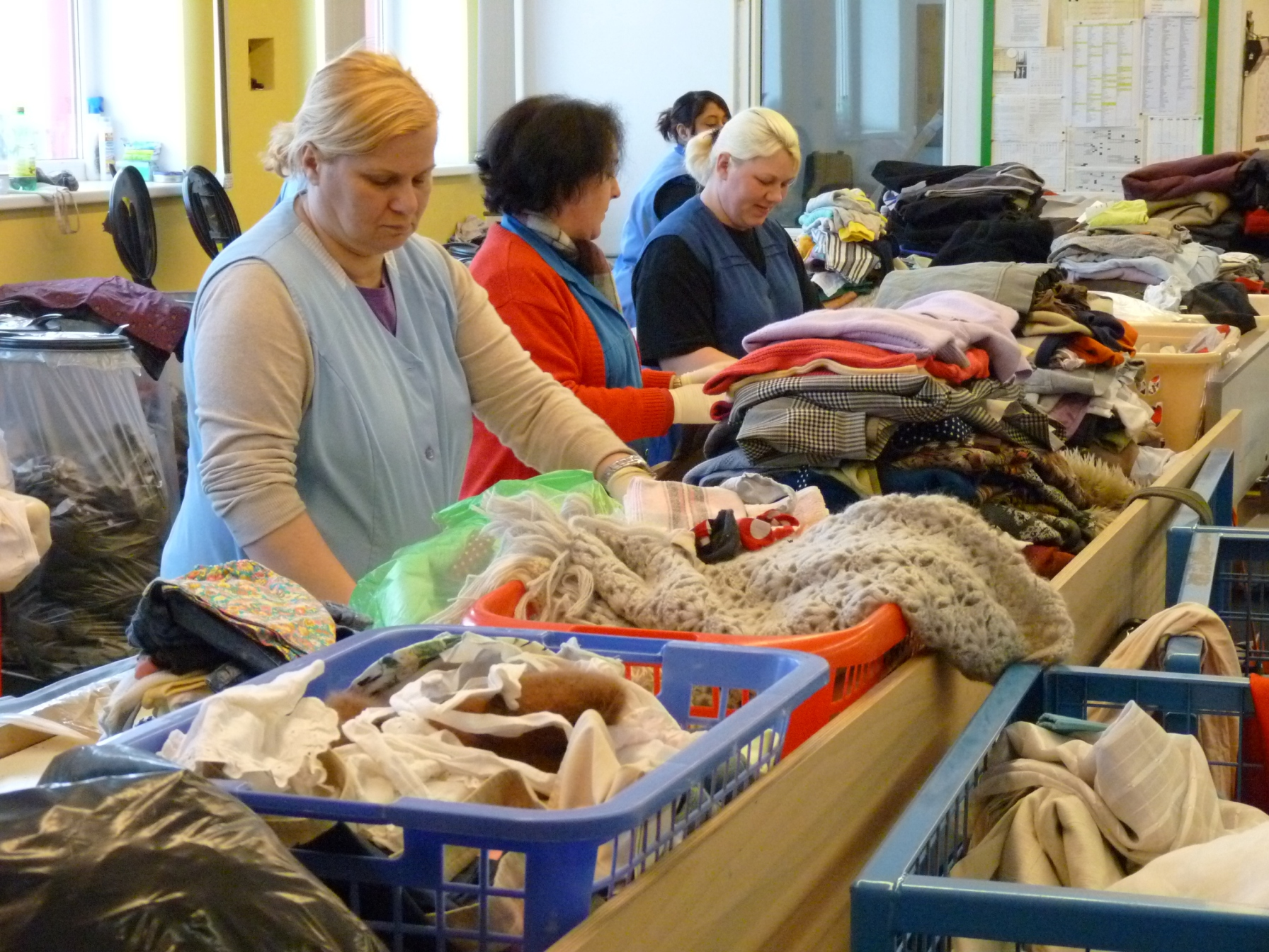 Lanzeitarbeitslose können bei der Volkshilfe zum Beispiel in der Textil-Sortierung arbeiten