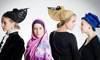 Foto-Ausstellung: Kopf-Bedeckungen aus aller Welt