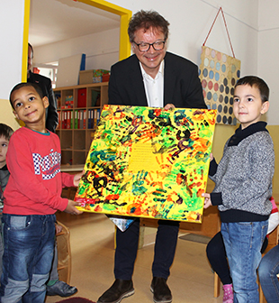 Die Kinder haben Rudi Anschober ein Bild gemalt und geschenkt