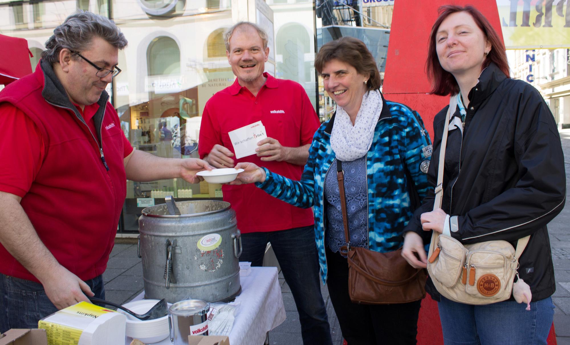 Mitarbeiter der Volkshilfe verteilen am 30. April zum Tag der Arbeitslosen gratis Erdäpfelsuppe an zwei Frauen
