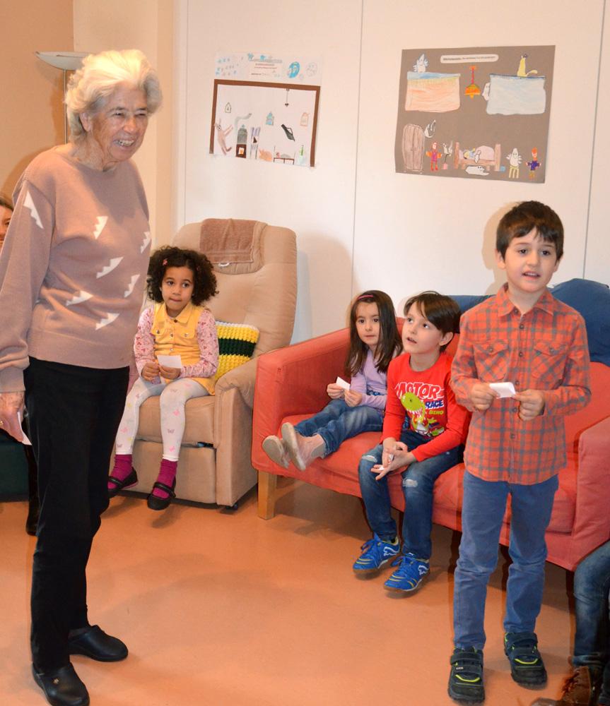 Internationale Kinderbetreuung Mosaik besucht das Demenz-Tageszentrum Regenbogen